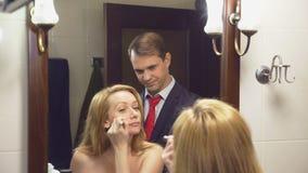 夫妇、丈夫和妻子在卫生间里会集 丈夫已经打扮等待他未装配的妻子 4K 股票视频