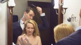 夫妇、丈夫和妻子在卫生间里会集 丈夫已经打扮等待他未装配的妻子 4K 影视素材