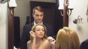 夫妇、丈夫和妻子在卫生间里会集 丈夫已经打扮等待他未装配的妻子 4K 股票录像