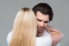 年轻夫妇一起分享嫩片刻 免版税库存图片