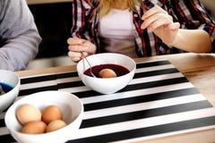 夫妇一起装饰鸡蛋 免版税图库摄影