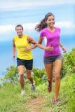 夫妇一起跑本质上的运动员足迹 免版税库存照片