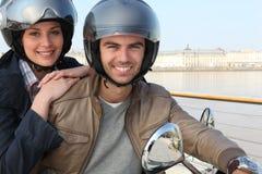 夫妇一起骑马滑行车 免版税库存图片