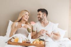年轻夫妇一起移动旅馆客房休闲 库存图片