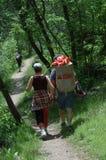 夫妇下来落后走 免版税库存照片