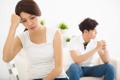 年轻夫妇不谈话在战斗以后在客厅 免版税库存照片