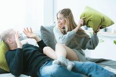 夫妇与有战斗枕头 免版税图库摄影