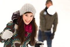 夫妇与有战斗雪球 免版税库存图片