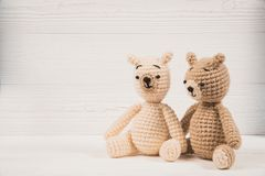 夫妇与红色心脏钩针编织编织手工制造,爱和华伦泰概念的玩具熊 图库摄影