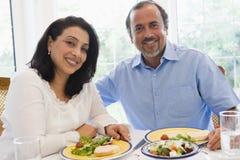 夫妇东部享用的膳食中间名一起 免版税库存照片