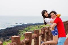 夫妇举行在海滩附近 免版税库存照片