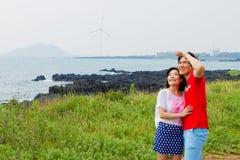 夫妇举行在海滩附近 库存照片