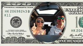 夫妇乘坐在100美金框架的一辆汽车  股票视频
