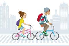 夫妇乘自行车通勤,在城市生活中 库存图片