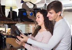 年轻夫妇买的冬天鞋子 库存照片