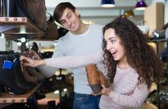 年轻夫妇买的冬天鞋子 免版税库存图片