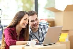 夫妇买网上,当移动在家时 免版税库存图片