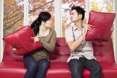 夫妇争吵的和羽绒枕头 库存图片