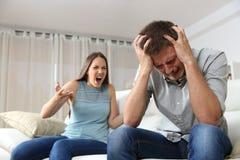 夫妇争论与妻子呼喊 免版税库存照片