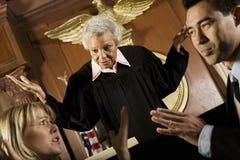 夫妇争论在法官前面 免版税库存照片