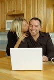 夫妇互联网喜悦年轻人 库存图片