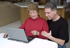 夫妇互联网膝上型计算机高级技术使&# 库存图片
