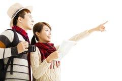 年轻夫妇享受旅行以秋天穿戴 图库摄影