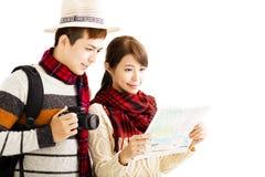 年轻夫妇享受旅行以秋天穿戴 库存照片