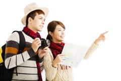年轻夫妇享受旅行以秋天穿戴 免版税库存照片