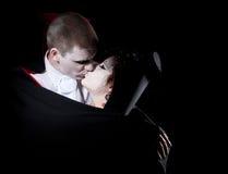 夫妇亲吻吸血鬼 免版税库存图片