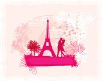 夫妇亲吻在巴黎浪漫t附近的埃菲尔 免版税库存照片