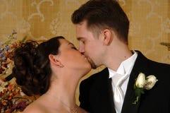 夫妇亲吻婚礼 免版税图库摄影