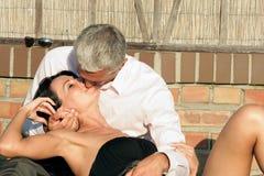 夫妇亲吻成熟 免版税库存照片
