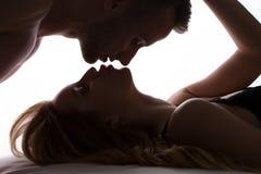 夫妇亲吻浪漫 库存照片
