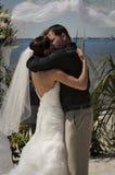 夫妇亲吻热带婚礼 免版税库存图片