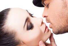 夫妇亲吻爱激情 免版税图库摄影