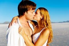 夫妇亲吻爱 免版税库存图片