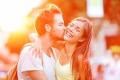 夫妇亲吻的乐趣 免版税库存照片