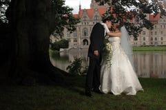 夫妇亲吻的公园婚礼 免版税库存图片