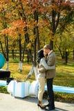 夫妇亲吻的公园年轻人 免版税图库摄影