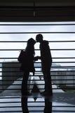 夫妇亲吻的剪影年轻人 免版税库存图片