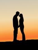 夫妇亲吻的剪影 库存图片