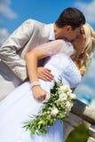 夫妇亲吻的婚礼年轻人 免版税图库摄影