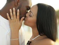 夫妇亲吻的年轻人 图库摄影