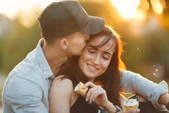 夫妇亲吻的幸福乐趣 人种间年轻夫妇 库存照片