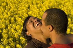 夫妇亲吻的笑 免版税库存图片