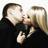 夫妇亲吻的纵向年轻人 免版税库存照片