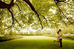 夫妇亲吻的结构树下 免版税图库摄影