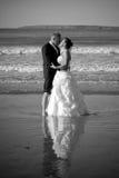 夫妇亲吻结婚 库存照片