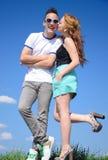 夫妇亲吻青少年 免版税库存图片